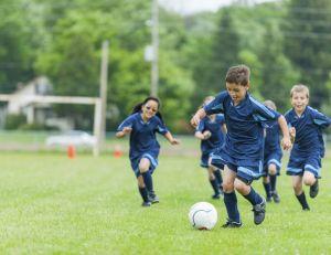 """Les enfants jouant au football s'exposent à des traumatismes graves en """"faisant une tête"""""""