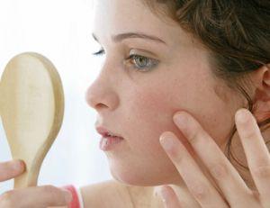 Bien nettoyer la peau pour enlever les boutons