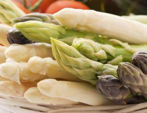 Plucher des asperges - Comment cuisiner les asperges blanches ...