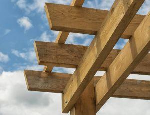 Fabriquer soi-même sa tonnelle avec des branches ou des bois de récupération