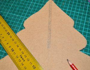 Faire une encoche en haut du sapin en carton