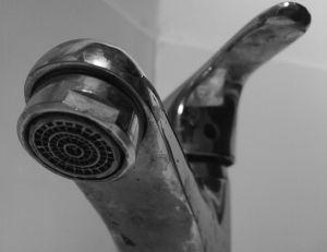 Comment réagir face à une fuite d'eau chez soi ?
