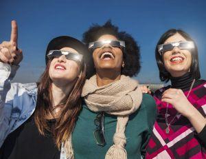 Il est impératif de se munir de lunettes de protection spécialement dédiées pour profiter de l'éclipse - iStock