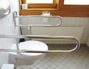 Une barre inclinée est conseillée pour douche et WC