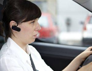 Depuis le 1er juillet, les automobilistes n'ont plus le droit d'utiliser de kit mains libres au volant