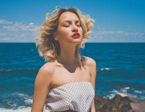 Le maquillage à adopter sur la plage et au soleil / iStock.com -soup__studio