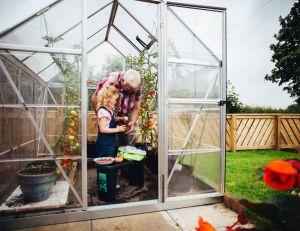 Le meilleur emplacement d'une serre dans un jardin / iStock.com -SolStock