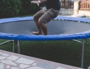 Les précautions à prendre avec un trampoline dans son jardin / iStock.com -FluxFactory