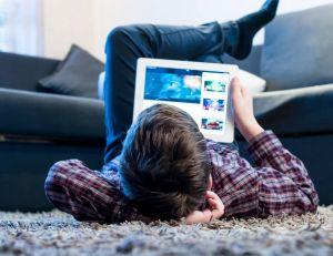 Les tablettes tactiles, une bonne chose pour les enfants ? / iStock.com - Yalana