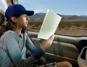 Le fait de lire en voiture sera encore plus mal vécu par l'organisme, avec les voitures autonomes - iStockPhoto