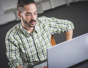Les risques d'AVC, entre autres, seraient nettement augmentés, lorsque l'on passe plus de 40 heures au bureau par semaine...