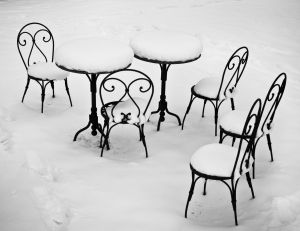 Mobilier de jardin sous la neige