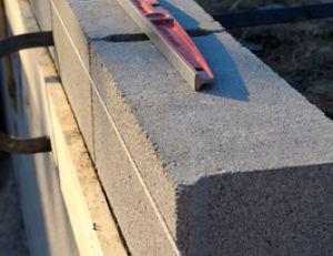 Monter un mur en parpaing - Comment faire un enduit ciment sur parpaing ...
