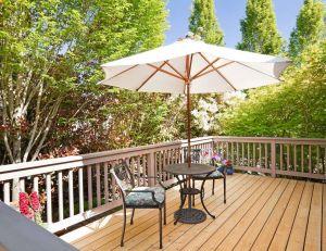 Parasol ou voile d'ombrage ? Lequel choisir pour sa terrasse ? / iStock.com -chuckcollier