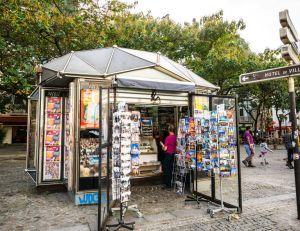 Paris : un nouveau kiosque à journaux pour les trottoirs de la capitale/ iStock.com - Anna Bryukhanova