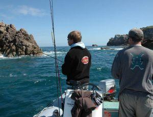 Un pneumatique permet de pêcher dans les zones où les rochers affleurent