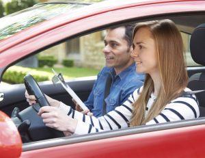 Quelles sont les pistes, mal aimées des auto écoles, envisagées pour moderniser le permis de conduire ?