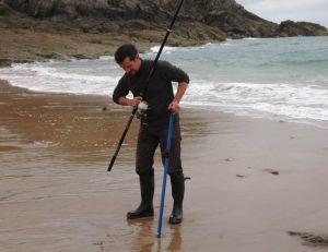 Le pêcheur enfonce profondément son piquet