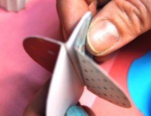 Plier les ronds de papier pour fabriquer la guirlande en papier