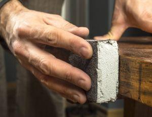 Poncer manuellement un meuble en bois