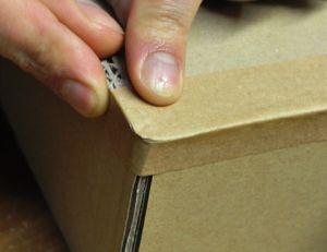 Poser du kraft gommé sur du carton