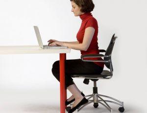 Un mauvaise position au bureau peut occasionner moult douleurs et problèmes physiques