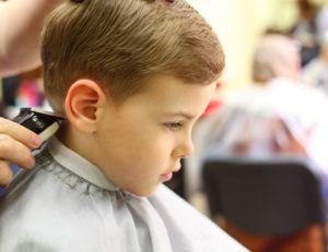 La première de coupe de cheveux de votre enfant