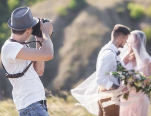 Réaliser un livre de photos de mariage / iStock.com -Erstudiostok