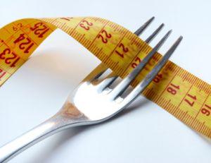 Moins manger pour maigrir ?