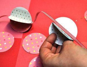 Relier les boules d'une guirlande en papier