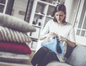 Relooker des coussins en tricotant
