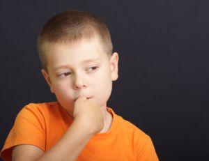 Enfant qui se ronge les ongles