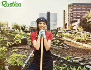 Une horticultrice sur un jardin public