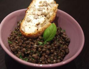 Salade de lentilles froides et petits croutons de chèvre aux graines de tournesol