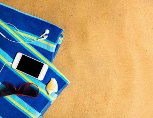 Si votre smartphone tombe dans le sable, quelques solutions s'imposent...