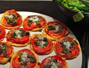 Tartelettes tomate au pesto, noix et parmesan