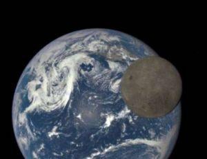 Photographie de la Lune passant devant la Terre prise depuis un satellite de la NASA - copyright NASA