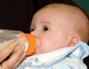 Commencez à habituer bébé au biberon 2 à 4 jours avant votre reprise du travail
