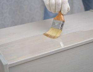 Utiliser de la peinture pour rénover les vieilles chaises ou une commode démodée / iSotck.com --lvinst-