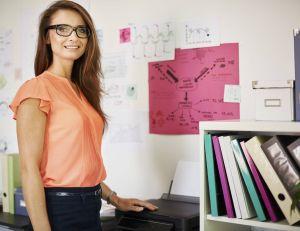 Au travail, les vêtements colorés seraient bon pour votre carrière...