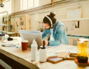 vie au bureau travailler en musique pour tre plus efficace. Black Bedroom Furniture Sets. Home Design Ideas