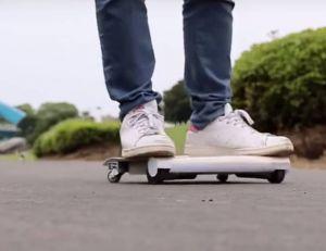 À mi-chemin entre le skateboard et les monoroues, le WalkCar semble bien placé pour concurrencer le segway...