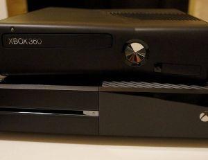 Une Xbox One et Une Xbox 360 placées l'une sur l'autre - copyright wikimedia / justin 14