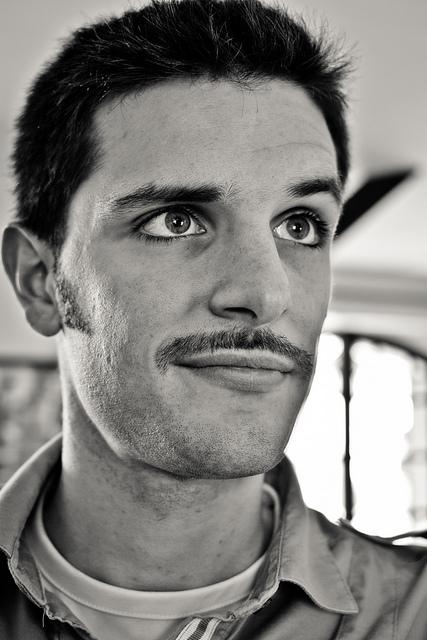 Fine et droite ou épaisse et broussailleuse ? Porter la moustache avec  classe, style et distinction, mais surtout originalité n\u0027est pas toujours  chose