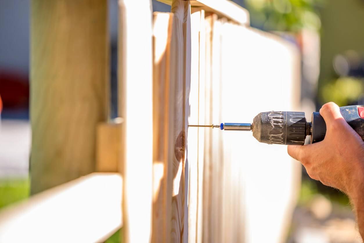 comment installer une cl ture en bois pour son jardin. Black Bedroom Furniture Sets. Home Design Ideas