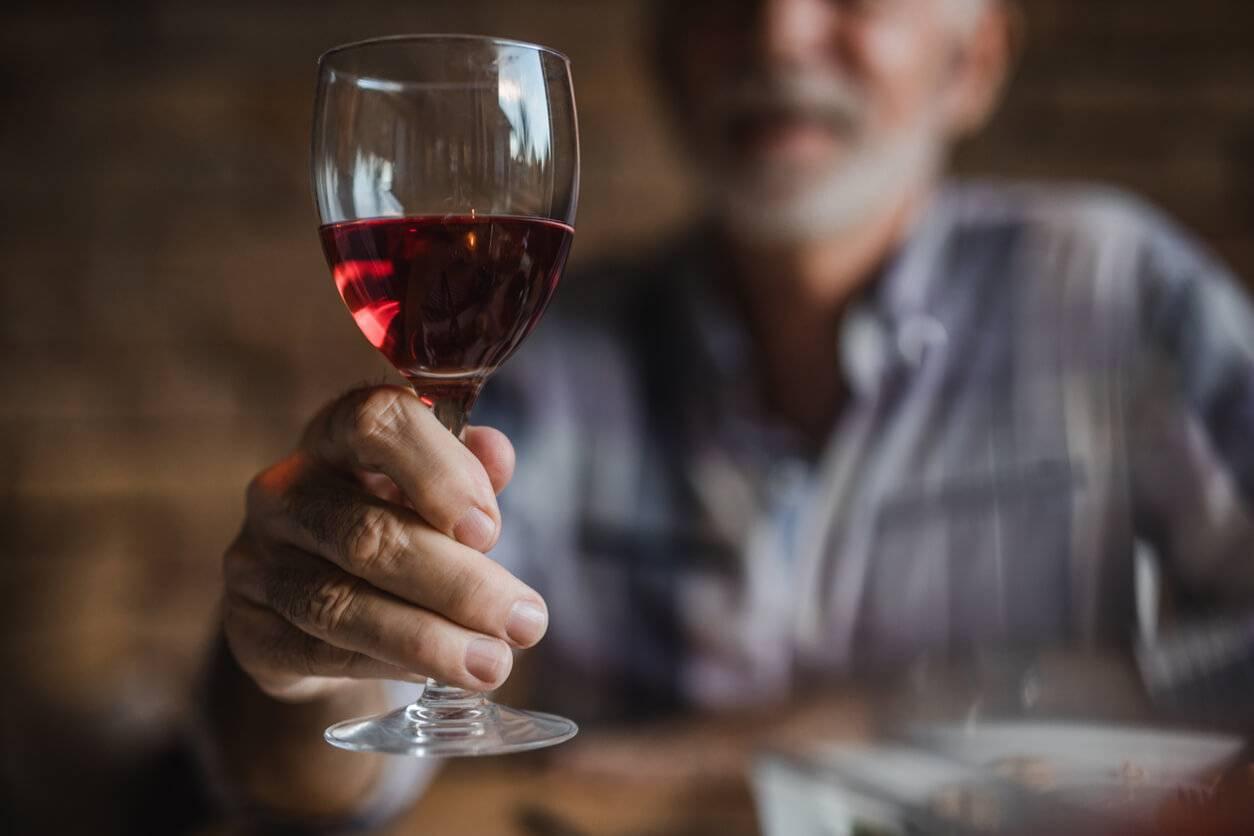 Comment tenir son verre de vin correctement ? |