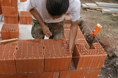 Construire un mur en briques monomur - Enduire un mur en brique ...