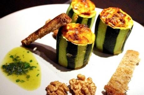 recette des courgettes farcies la feta aux noix et aux olives. Black Bedroom Furniture Sets. Home Design Ideas