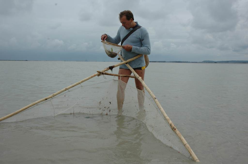 La foreuse par les mains sur la pêche dhiver
