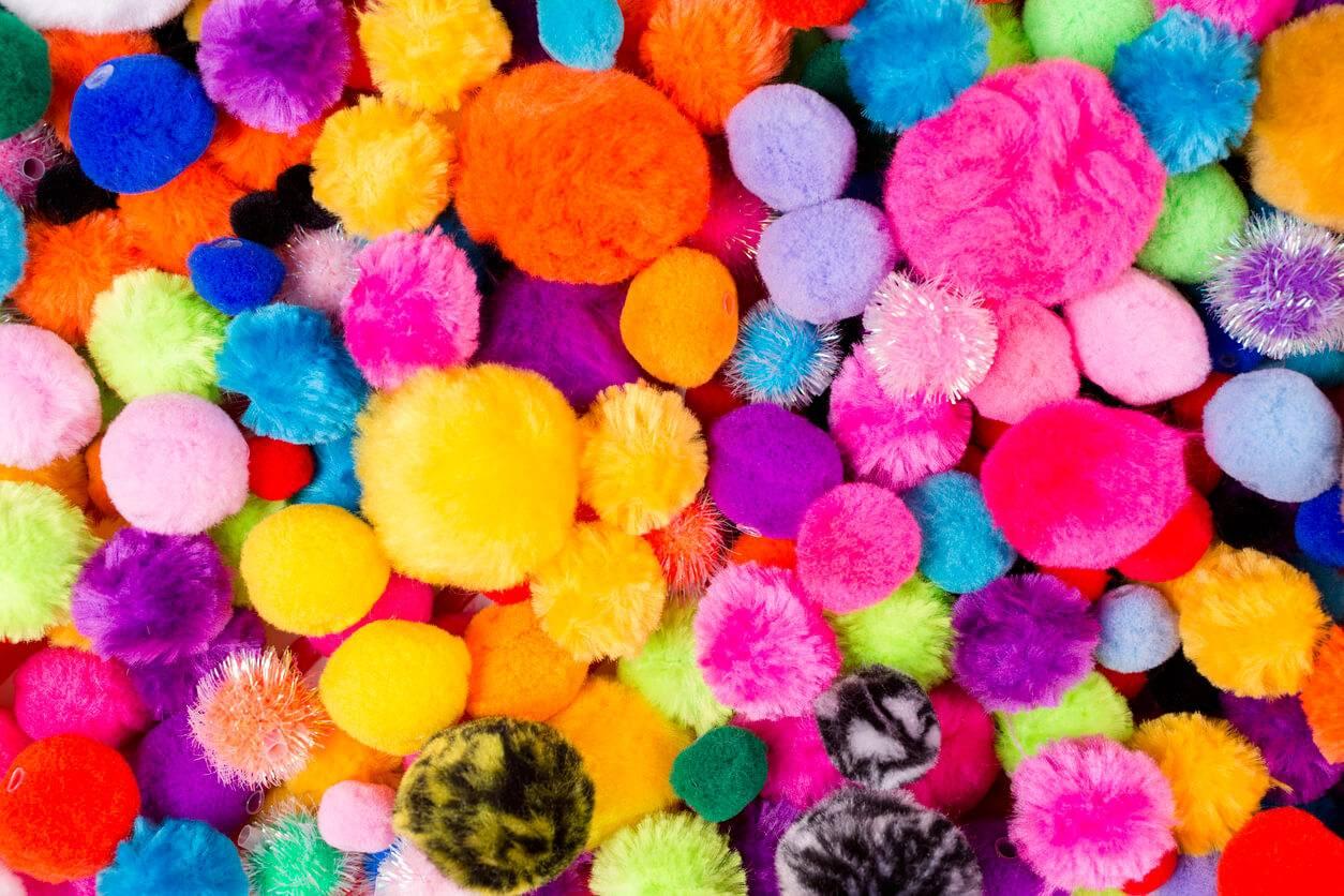 Deco Pompons En Laine déco 2018 : vêtements ou accessoires, les pompons sont